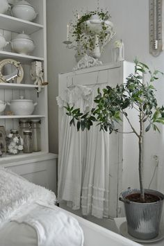 Swedish Décor - beautiful relaxing white interiors - white painted furniture and accessories - via Hagbacken.blogspot.se