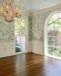 Old style, New home. Beautiful windows accented with a shiny lacquer ceiling and degournay wallpaper 😍🙌🏼 De Gournay Wallpaper, Chinoiserie Wallpaper, Elegant Dining Room, Dining Room Design, Dining Rooms, Wall Paper Dining Room, Decor Interior Design, Interior Decorating, Dining Room Wallpaper
