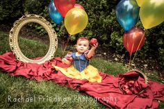 A Snow White themed birthday photo shoot - Faydalı Bitkiler Halloween Baby Pictures, Baby Halloween, 1st Birthday Photos, 1st Birthday Girls, Snow White Pictures, Baby Snow White, Costume Birthday Parties, Snow White Birthday, Baby Shower Winter