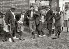 マサチューセッツ州スプリングフィールドのスラム街にたむろする少年たち。社会派写真家ルイス・ウィックス・ハイン撮影(1916年)