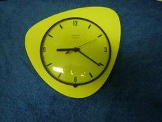 Horloge VEDETTE vintage jaune en Formica triangulaire à transistor | eBay Clock, Wall, Ebay, Decor, Grandfather Clock, Yellow, Watch, Decoration, Dekoration