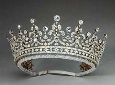 Tiara das Meninas da Grã-Bretanha: foi um presente para a então princesa Mary of Teck, avó de Elizabeth II, será exposta ao público no palácio de Buckingham. A atual rainha britânica usou a tiara em um banquete em novembro de 2011