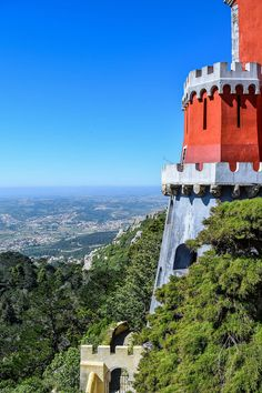 Auf den mächtigen Türmen des Palácio Nacional da Pena haben Besucher einen grandiosen Ausblick.