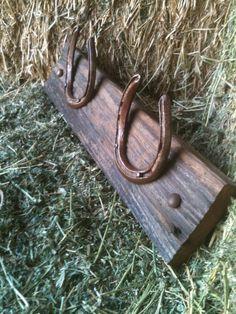 Reclaimed Barn Wood and Horseshoe Coat Rack Hat Rack Organizer. Horseshoe Projects, Barn Wood Projects, Horseshoe Crafts, Horseshoe Art, Diy Projects, Horseshoe Ideas, Western Crafts, Western Decor, Rustic Decor