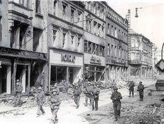 La recherche de tireurs d'élite à Saarbrucken. Premiers hommes en étaient « L » entreprise 275e d'infanterie de la 70ème Division. Dirigé par le lieutenant Alfred E. Schultz de 100 Peel St, Staten Island, New York, qui est vu en face de l'équipe de nettoyage.