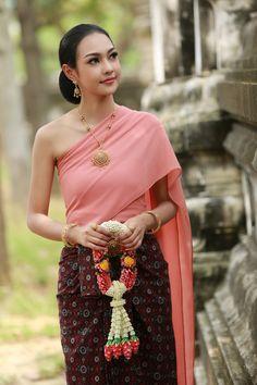 Young Beautiful Asian Women In Thai Traditional Dress Traditional Thai Clothing, Traditional Fashion, Traditional Dresses, Cambodian Wedding Dress, Thai Wedding Dress, Young And Beautiful, Beautiful Asian Women, Thailand Fashion, Thai Fashion