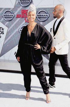Alicia Keys cumple lo prometido y aparece en alfombra roja sin una gota de maquillaje. Defraudó?