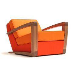 Naam: Kustom Armchair | Designer: - | Merk: Bark Furniture | Materiaal: walnoten hout en leer/stof | Kleur: donkerbruin, oranje en roodoranje | Prijs: €2300 | Wat spreekt mij aan? Ik vind de kleurencombinatie van roodoranje en oranje heel erg apart. Dit licht-donkercontrast zorgt naar mijn idee voor een versterkte dieptebeleving in de fauteuil. Ook de armleuningen die in een bepaald perspectief te lijken gevormd versterken de dieptebeleving bij mij.