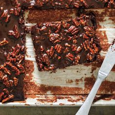 Gâteau plaque au chocolat (<i>Texas Sheet Cake</i>) Ricardo Recipe, Chocolate Icing, Cake Icing, Pecan, Sweet Recipes, Cocoa, Food And Drink, Sweets, Baking