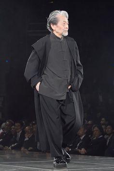 yohji yamamoto aging very nicely, sizing up the crowd like the philosopher he is.