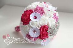 Bouquet gioiello da sposa rosa e bianco con fiori di stoffa, carta e strass. Per un matrimonio creativo e alternativo! Jewelery bouquet for alternative wedding. Vuoi vederne altri? Vai su http://www.trilliegingilli.com/modelli-foto-tipi-bouquet-realizzo/bouquet-gioiello/