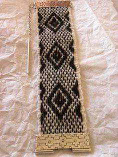 Linea Witral Los tejidos son realizados a la usanza tradicional, en que cada pieza es hilada finamente a mano, luego se tiñe natural... Inkle Loom, Loom Weaving, Tablet Weaving, Textiles, Weaving Projects, Diy Clothes, Band, Diy And Crafts, Wool