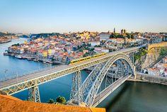 Une balade sur le Douro est un excellent moyen de découvrir la ville et sa région. En partant des quais de Ribeira, vous pourrez contempler les édifices emblématiques de la ville comme les Ponts D. Luis et Maria Pia, ou encore les maisons colorées du quartier historique.  ©  Mapics - Fotolia.com