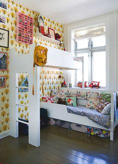 Pladsmangel og skæve vinkler har fået Louise og Jens til at sno sig rundt om hjørner og op ad væggene i deres lejlighed