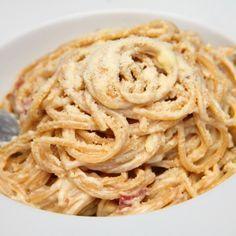 Whole Wheat Cacio e Pepe - Whole wheat pasta thats tossed with a simple, but delicious, traditional Italian pan sauce with cheese and black pepper. Carbonara Recept, Cacio E Pepe Recipe, Spagetti Recipe, Whole Wheat Pasta, Sushi Recipes, Vegetarian Cheese, Meal Prep, Bacon, Spaghetti