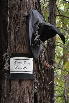 Scary Halloween Decoration Ideas For Outside Yard Pics) - Snappy Pixels Outside Halloween Decorations, Spooky Decor, Halloween Porch, Outdoor Halloween, Diy Halloween Decorations, Holidays Halloween, Spooky Halloween, Outdoor Decorations, Happy Halloween