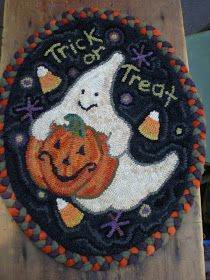 Sweet Hallowe'en Chair Pad with Braided Border by The Middle Sister: Rug Hooking Rug Hooking Designs, Rug Hooking Patterns, Punch Needle Patterns, Latch Hook Rugs, Hand Hooked Rugs, Braided Rugs, Penny Rugs, Hand Tufted Rugs, Wool Applique