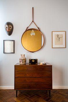 apto. flamengo, de graça e eucanaã ferraz | cômoda de madeira jacarandá dos anos 1950 (loja teo) e espelho de jacques adnet (scandinavia design)