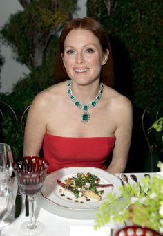 Julianne Moore, at the 2013 Bulgari party for Elizabeth Taylor's jewelry, wearing the emerald and diamond necklace from her emerald suite, which features the emerald pendant. It was the first time anyone other than Taylor had worn the necklace. Emerald Pendant, Emerald Necklace, Emerald Jewelry, Elizabeth Taylor Jewelry, La Sede, Celebrity Jewelry, Only Fashion, Men's Fashion, Drew Barrymore