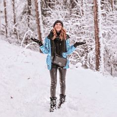 Winter Travel Outfits for Women. Traveling during the winter can be a tough feat for most of us. You want to look cute but you also want to be comfortable. Winter Outfits For School, Casual Winter Outfits, Winter Travel Outfit, Travel Outfits, Curvy Outfits, Jean Outfits, Travel Clothes Women, Clothes For Women, Metallic Jacket
