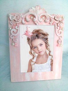 Porta retrato Shabby Chic -Peça Única  Lindo para enfeite de mesa de aniversário ou para decoração de casa  Tamanho do porta retrato:26 x 19cm  tamanho da foto 17 x 13
