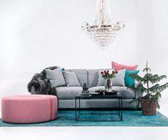 Grå Valen soffa. Dun, djup, vardagsrum, möbler, inredning, kristallkrona, vintage, matta, turkos, puff, pall, linne, skinn, bord, soffbord, marmor, bord.