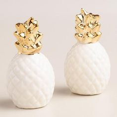 We're continuing our love of pineapples with the sweetest white and gold pineapple salt and pepper shaker set. Perfect as a gift and for any table. Plus remember, pineapples mean welcome and hospitality! Pineapple Kitchen, Gold Pineapple, Pineapple Room, Pineapple Gifts, Salt Pepper Shakers, Salt And Pepper, Office Desk Organization, Boho Home, Diy Home