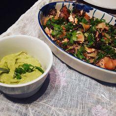 Laks Tataki med nudler og hjemmelaget guacamole  Anbefaler alle å prøve godt levert!  #middagsglede #godtlevert #dagensmiddag #mat #middagstips #anbefales #laks #fisk #guacamole #tataki by mariaoyhaugen