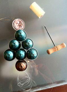 Reciclem càpsules Nespresso0  15des10  Amb imaginació podem crear molts tipus postals de Nadal. A la Petitaxarxa ho hem volgut demostrar fent-ne una amb càpsules Nespresso; una manera fàcil de reciclar i felicitar les festes als nostres amics o familiars.