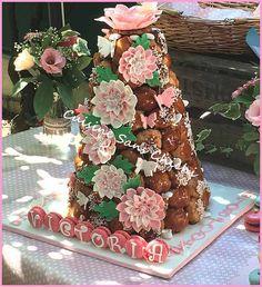 Pièce montée, thème champêtre chic rose et blanc Les fleurs sont réalisées à la main, sans moule, en pâte à sucre et à la main.