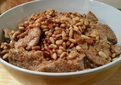 Een lekkeren eenvoudigArabisch fatta-gerecht: een gerecht dat in lagen, afgewisseld met yoghurt en gebakken pitabrood, wordt opgediend. In dit geval alleen gemaakt met kikkererwten, maar het kan ...
