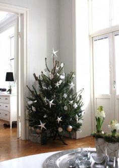 Kerstboom met eenvoudige sterren als versiering.