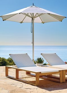 Clean lines anchored in marine-grade components. The Vista Umbrella is built to withstand even the most punishing climates, with an anodized aluminum frame.