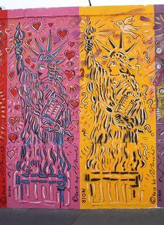 Paris Rue d'Alsace (Gare de l'Est) - Avril 2015 - Exposition Mur de Berlin - représentation 26 et 27 (de D à G) des 28 statues de la Liberté
