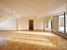 Stilvoll elegantes Wohnzimmer mit Blick nach rechts und zur sonnigen Dachterrasse
