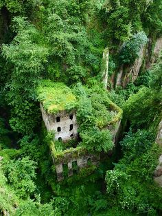 Abandoned Building in Vallone dei Mulini near Sorrento, Italy (by liverweb).