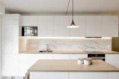 archi renovation kitchen credence in marble Kitchen Cabinet Design, Kitchen Decor, Studio Kitchen, Kitchen Organisation, Apartment Kitchen, Küchen Design, Home Kitchens, Kitchen Remodel, Sweet Home