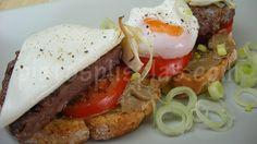 Tosta de hamburguesa con huevo poché- Platos Plis Plas