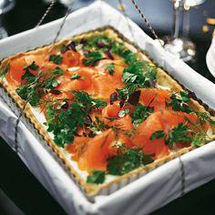 Den knusprigen Teig für diese leckere Tarte machen wir natürlich selbst. So bietet er dem Belag aus Räucherlachs, Wasabi und Frischkäse die perfekte Bühne.