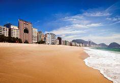 Disfruta de la playa de Copacabana. Elija un hotel en Rio de Janeiro y comience a planificar su viaje .
