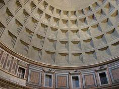 La cupola del Pantheon, una grande opera dell'architettura e ingegneria dell'antica Roma. Si può visitare gratuitamente. E' stato convertito in chiesa con il nome di Santa Maria ad Martyres