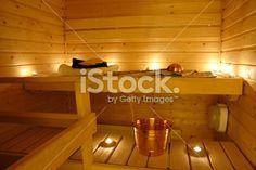 Kynttilät saunassa luovat tunnelmaa.