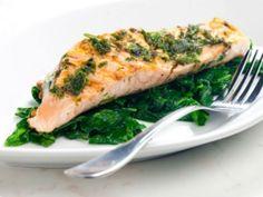 Cuando consumes pescado y mariscos con regularidad tienes más probabilidades de bajar de peso, mejorar tu digestión y lucir más joven, debido a que es rico en Omega 3, un aceite reducido en grasa, además de que contiene gran cantidad de antioxidantes.Para que disfrutes de todos sus beneficios, te damos 7 recetas fáciles con filetes de pescado que tienes que probar esta Cuaresma.