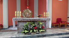 Dekoracja ołtarza - lilie, amarylis, goździki, eustoma, chryzantemy