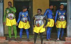 """Danzantes con sus cuerpos pintados se preparan para participar en el arranque del festival anual de """"Onam"""". Kerala, India."""