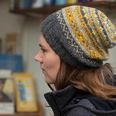 """Un+très+joli+bonnet+à+tricoter+dans+vos+couleurs+préférées.+Ysolda+Teague+signe+ce+joli+modèle+en+gris+et+jaune.+Le+bonnet+est+légèrement+""""slouch""""+et+se+tricote+en+deux+couleurs+sur+chaque+rang."""