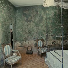 FOR PILAR~: Favorite Room of ALL TIME: Pauline de Rothschild's Paris Bedroom Chinoiserie Wallpaper, Chinoiserie Chic, Interior Decorating Tips, Interior Design, Architecture Restaurant, Chinese Wallpaper, Paris Bedroom, Paris Bedding, World Of Interiors