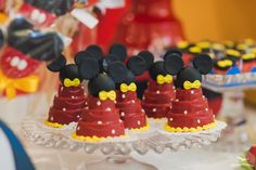 Festa Provençal - Site Oficial: Mickey Mouse Mickey Mouse Cupcakes, Mouse Cake, Mickey Minnie Mouse, Minnie Birthday, Mickey Party, Chocolate Covered Oreos, Mouse Parties, Mini Cakes, Cake Designs