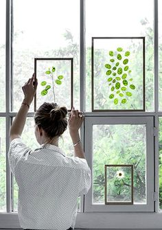 Leaves and flowers in floating frames create the ideal DIY gift idea.