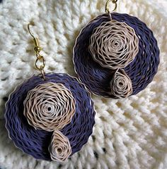 This one is made from width purple and ivory crimped strips - I love to work with crimped strips . The husked flower. Paper Quilling Earrings, Quilling Work, Origami And Quilling, Quilling Paper Craft, Thread Jewellery, Paper Jewelry, Paper Beads, Jewelry Crafts, Diy Jewellery
